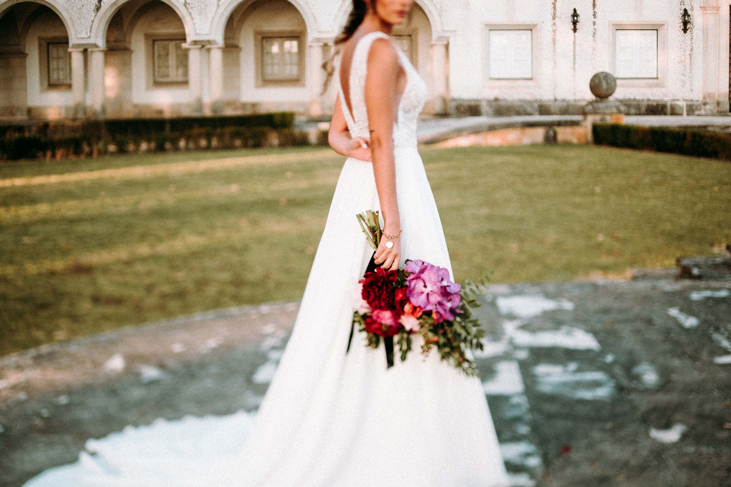 freelens photo of a bride holding a bouquet
